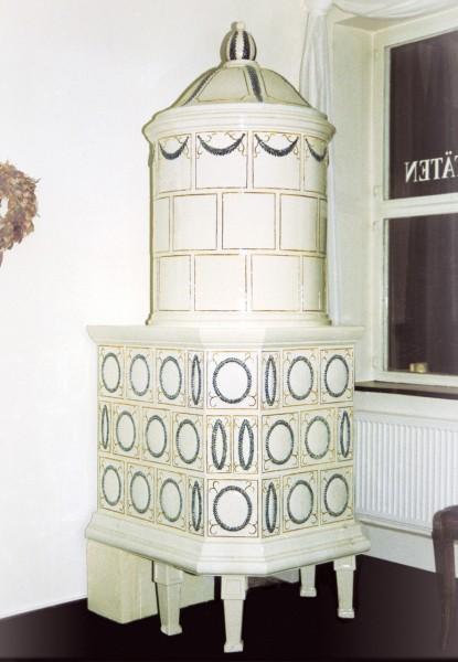 Antiker eckiger Kachelofen